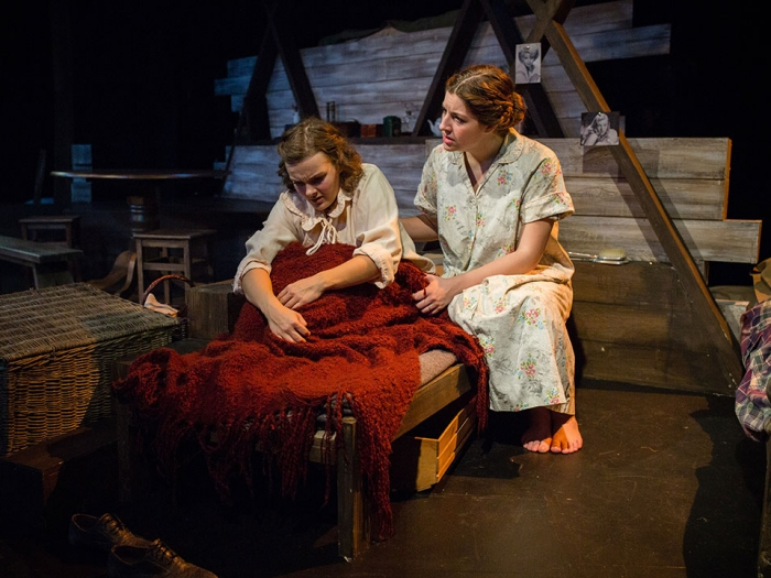 Anne Franks Diary - Actors on stage